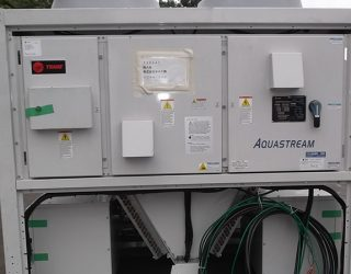 既存冷凍機が故障したので、修理の間の仮設チラー